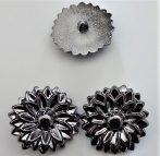 Antikolt ezüst színű fém virág alakú díszgomb, hátul varrós - átmérő 32 mm.