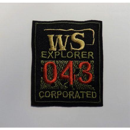 Vasalható folt- applikáció, fekete alapon feliratos, 5,3 x 6,4 cm.