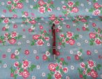 Farmerkék alapon virágos rugalmas farmer hatású textil 130x150 cm