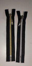Fekete színű, zárt végű fém cipzár - húzózár - 16 cm hosszú.