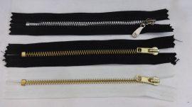 Többféle színben, zárt végű fém cipzár - húzózár, 14 cm hosszú.