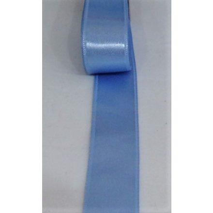 Kétoldalas világoskék színű szatén szalag, 20 mm széles.