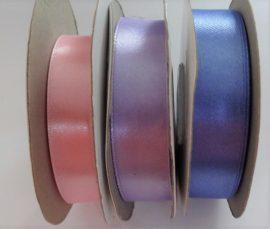 Szatén szalag 20 mm széles, rózsaszín és világoskék színben.