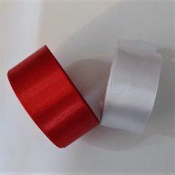 Egyoldalas szatén szalag 30 mm széles, fehér és piros színben.