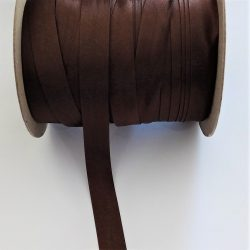 Szatén ferdepánt 15 mm széles,  barna színű.