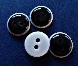 Fekete - fehér szélű két lyukú műanyag gomb 11 mm.