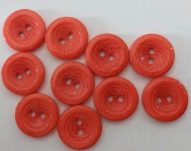 Eper színű, két lyukú műanyag gomb, átmérő 18 mm.