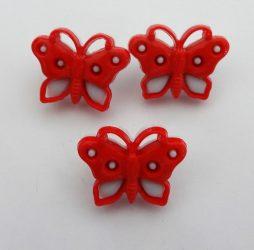Piros lepke alakú műanyag gomb, füles, mérete 15 mm, 10db-os kiszerelésben.