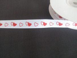 Fehér alapon piros szíves mintás szalag