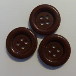 Műanyag gomb, négy lyukú, barna színű ¤ 20 mm