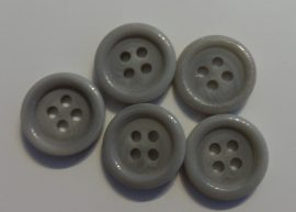 Műanyag gomb, négy lyukú, szürke színű ¤ 15 mm