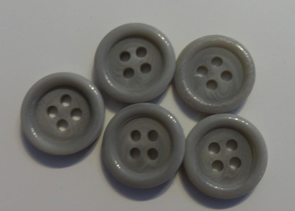 Műanyag gomb, négy lyukú, szürke színű 15 mm